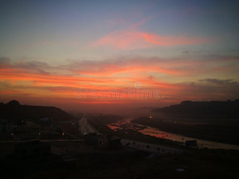 bystry ciche miasto nad chmur ciemności nocy pragnie dziś czerwone światło słoneczne się okropny widok nas słońca fotografia stock