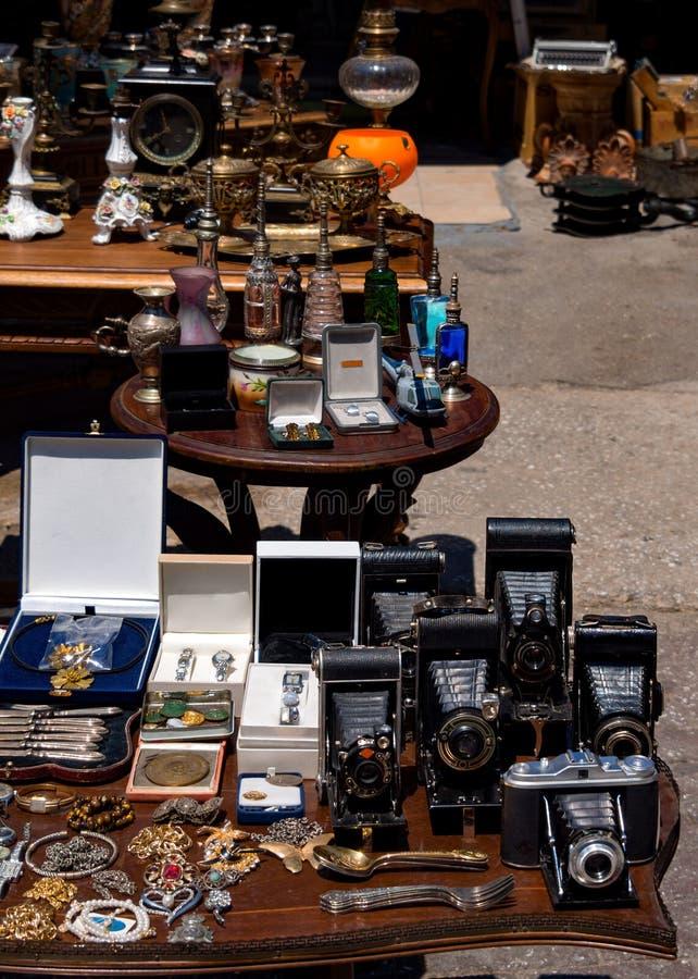 Byt mötet med tappningobjekt, gamla kameror, smycken och mer i mitten av Aten, Grekland royaltyfri fotografi
