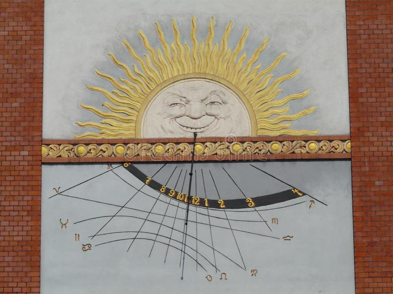 BYTOM-Solaruhr RUDA SLASKA NOWY auf dem Stein an der Niedurny-Straße lizenzfreie stockfotos