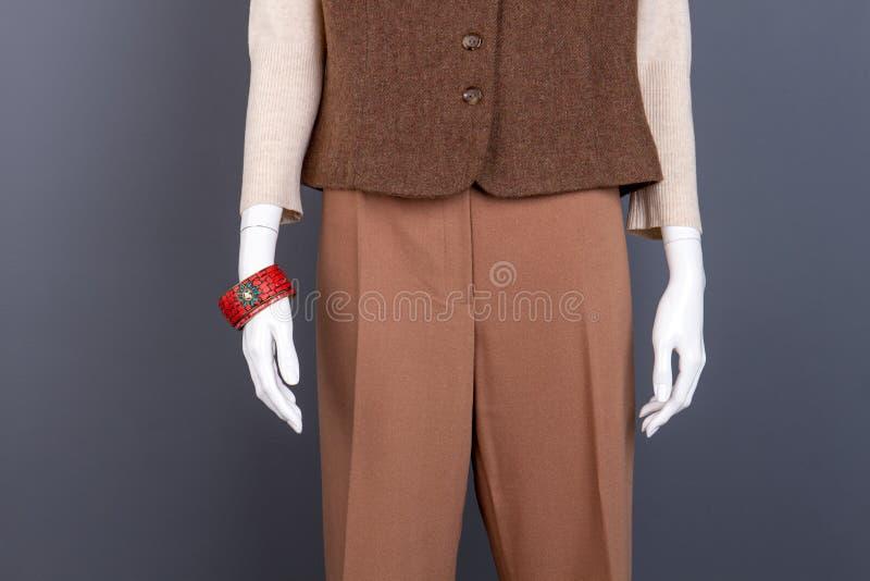 Byxa och waistcoat för kvinnlig brun arkivbild