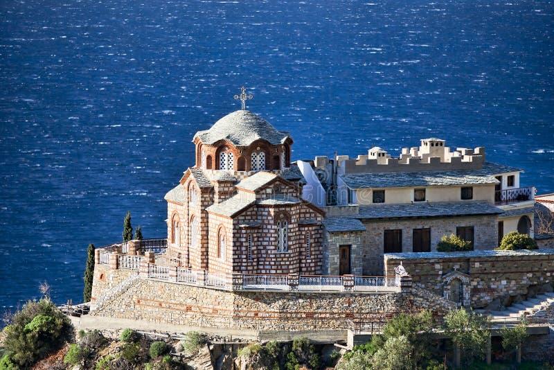 Byzantijnse Orthodoxe kerk op een rots boven het overzees stock afbeeldingen