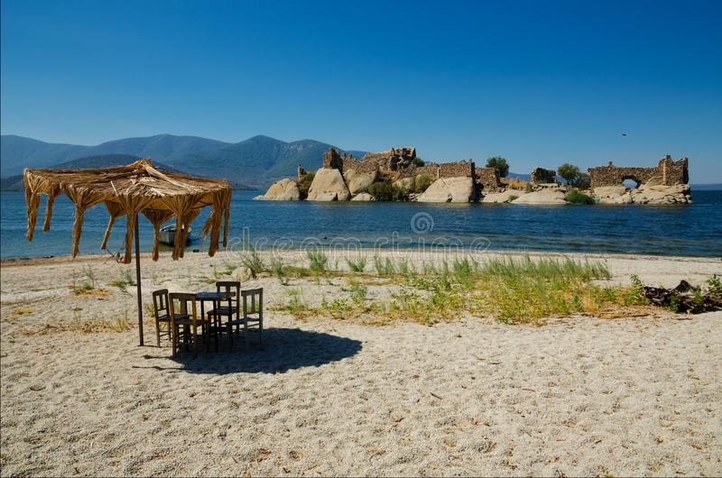 Byzantijnse vesting op een eiland in Bafa-meer, Turkije royalty-vrije stock foto