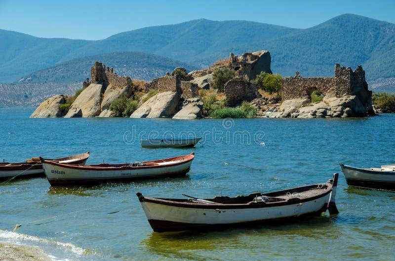 Byzantijnse vesting op een eiland in Bafa-meer, Turkije stock foto
