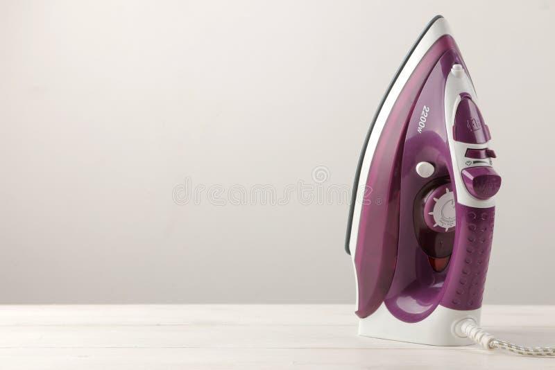 bzu żelazo na lekkim tle prasowanie ubrania Gospodarstw domowych elektryczni urządzenia obraz royalty free