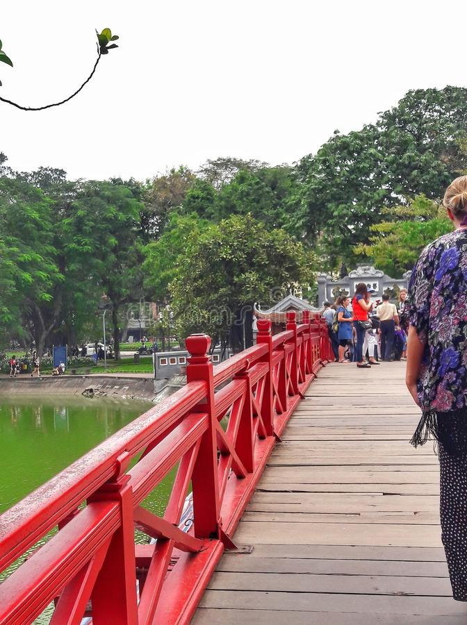Cầu Thê Húc/Huc桥梁:朝阳的桥梁在河内,越南 库存图片