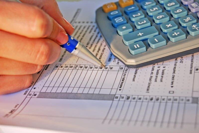 Cálculo del impuesto sobre la renta fotografía de archivo libre de regalías