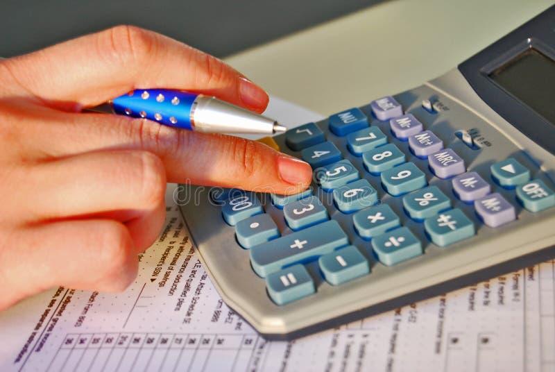 Cálculo del impuesto sobre la renta imagen de archivo