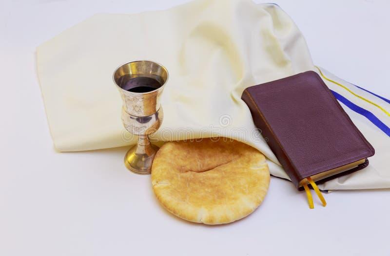 Cálice com pão e Bíblia Sagrada do vinho tinto foto de stock