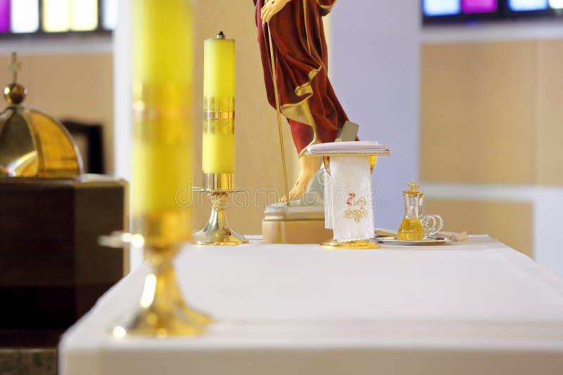 Cálice dourado no altar durante a massa imagens de stock royalty free