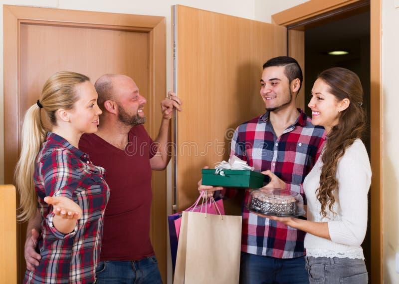 Cálida bienvenida de amigos felices fotografía de archivo libre de regalías