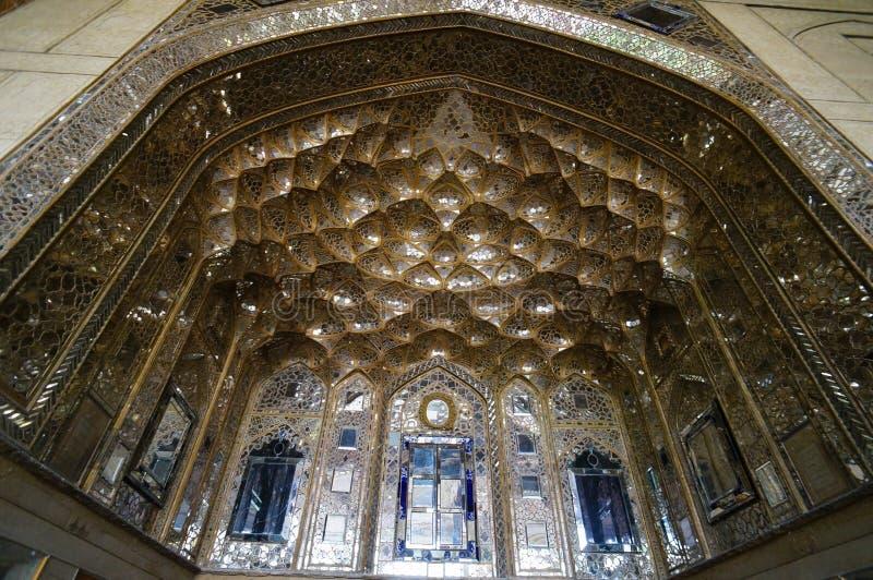 Cámara acorazada de Muqarnas adornada en el palacio de Chehel Sotoun en Isfahán, Ira fotografía de archivo