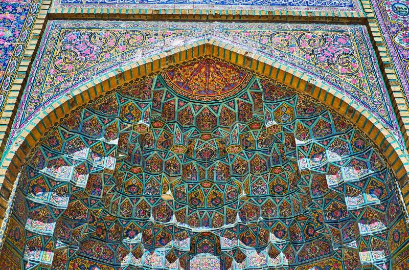 Cámara acorazada de Muqarnas de la mezquita de Nasir Ol-Molk, Shiraz, Irán foto de archivo libre de regalías