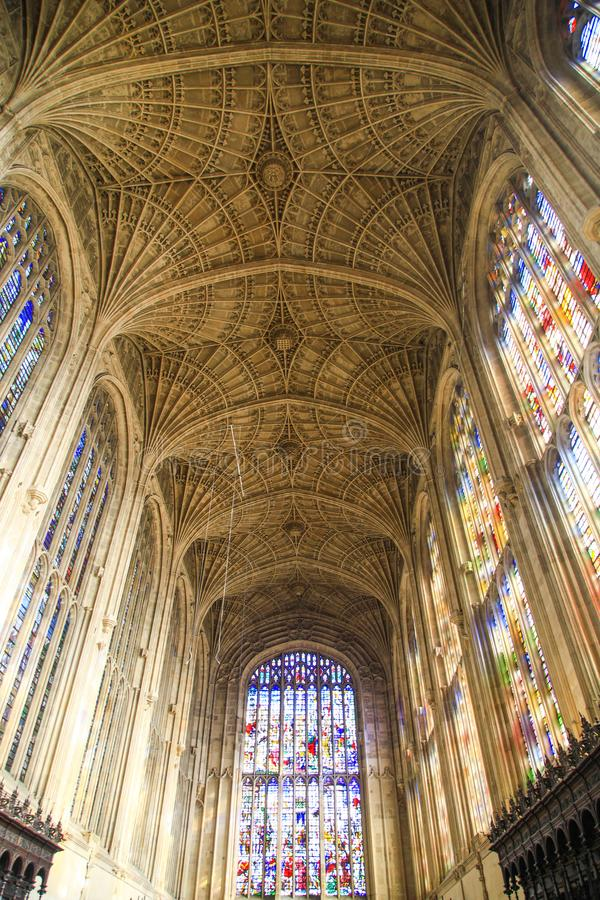 Cámara acorazada y vidrios coloridos de la capilla en universidad del ` s del rey en Universidad de Cambridge fotos de archivo