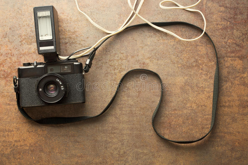 Cámara análoga vieja con el flash foto de archivo