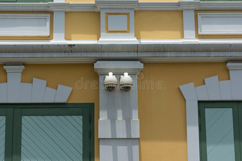 Cámara CCTV de la seguridad en el edificio de la pared imagenes de archivo