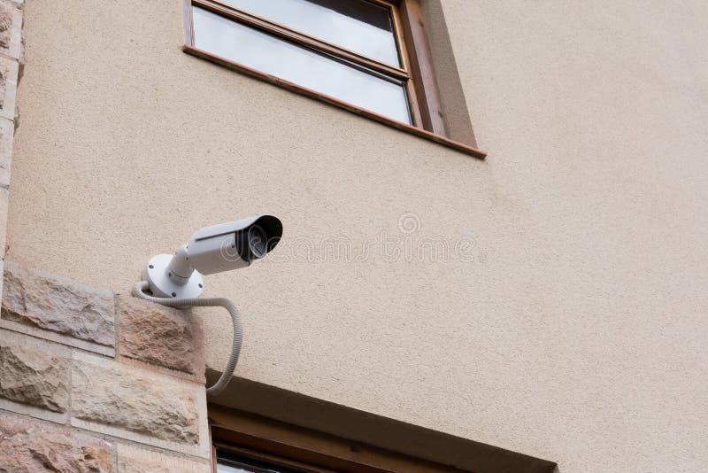 Cámara CCTV de la seguridad en el muro de cemento con el espacio de la copia imagenes de archivo