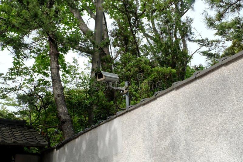 Cámara CCTV en el muro de cemento gris Cámara de seguridad del CCTV para el hogar foto de archivo