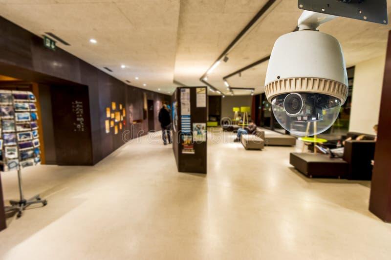 Cámara CCTV que actúa en sala de estar o pasillo imagen de archivo