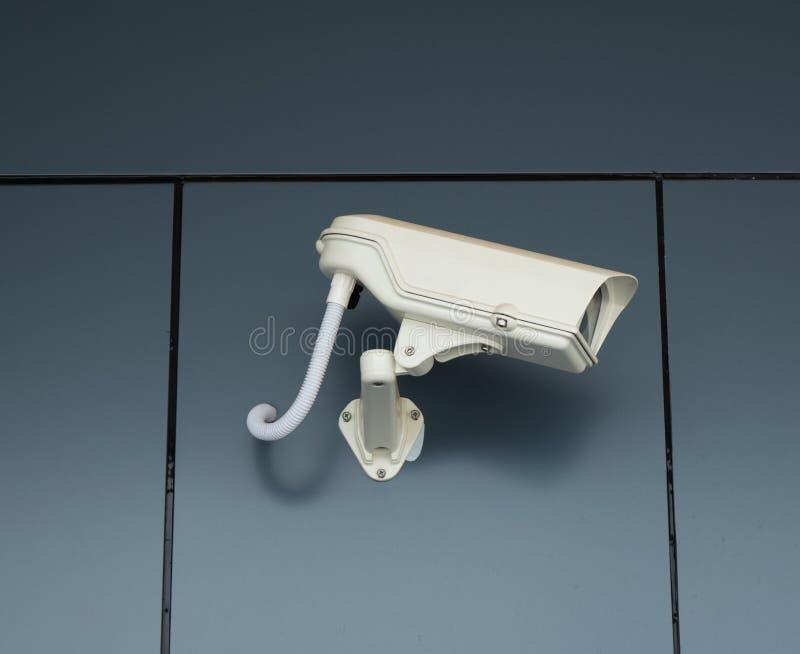 Cámara a circuito cerrado para mirar al chico malo que robado algo de la casa imagen de archivo
