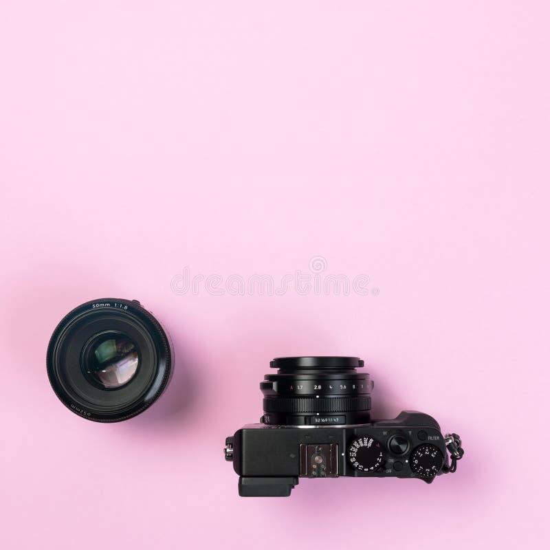 Cámara compacta del vintage y lente digitales 50m m del arreglo en pastel rosado imagen de archivo