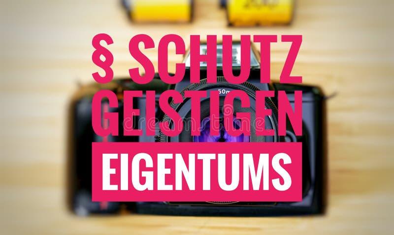 Cámara con en alemán el geistigen Eigentums de Schutz en la protección del englisch de la propiedad intelectual fotos de archivo