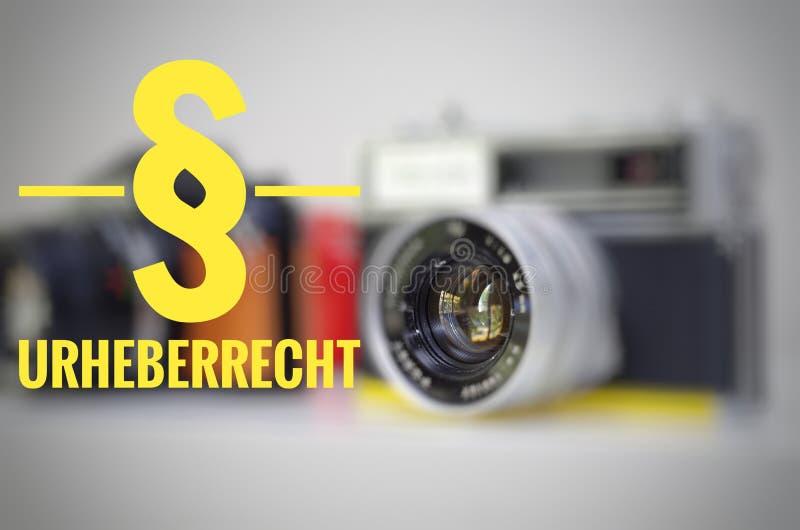 Cámara con la inscripción en alemán § Urheberrecht en la clarificación inglesa de los derechos reservados fotos de archivo