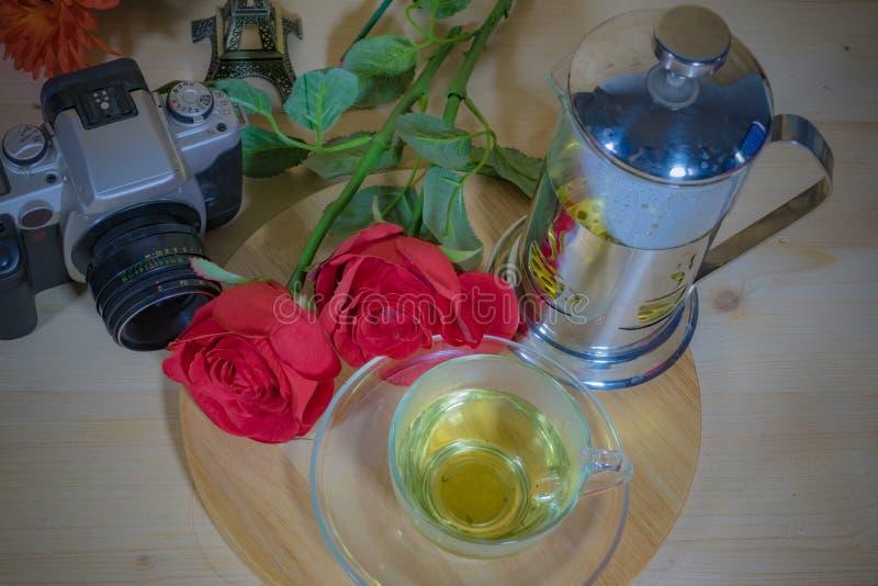 Cámara con las flores hermosas y té aromático por la tarde foto de archivo