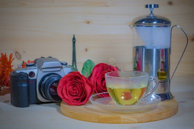 Cámara con las flores hermosas y té aromático por la tarde imagenes de archivo