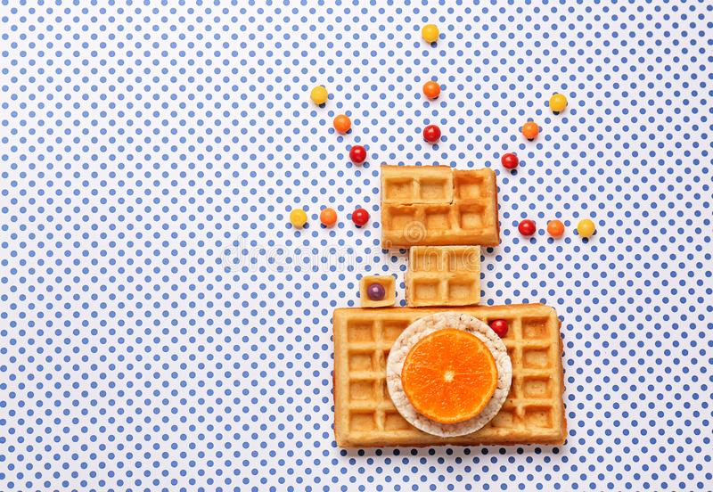 Cámara de la foto hecha de galletas en fondo ligero fotografía de archivo libre de regalías