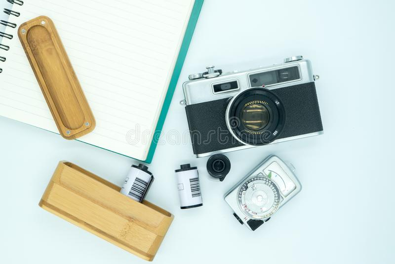 Cámara de la película del vintage y cuaderno viejo y caso de madera de las películas de la cámara y del fotómetro del vintage que imagen de archivo libre de regalías