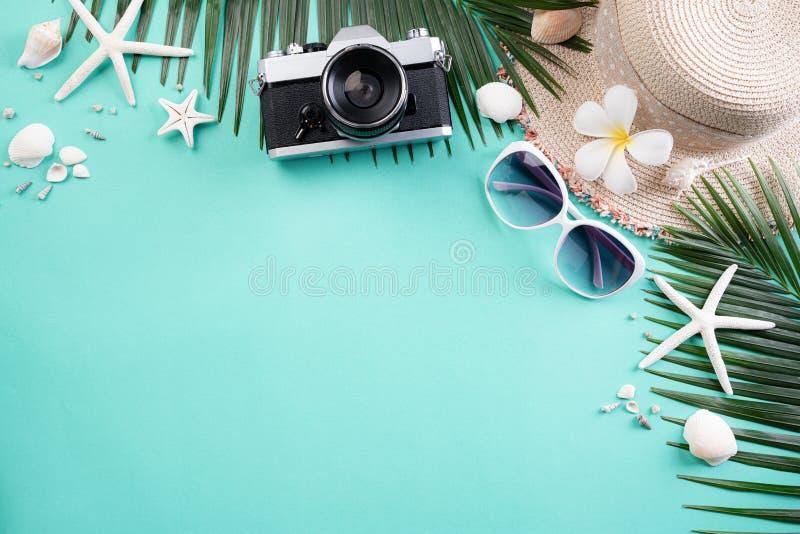 Cámara de la película de los accesorios de la playa, gafas de sol, sombrero de la playa de las estrellas de mar y cáscara retros  fotografía de archivo