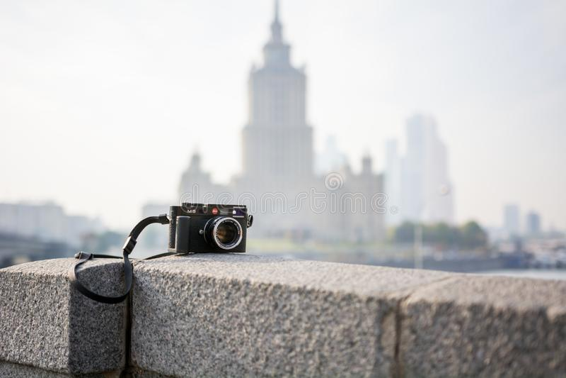 Cámara de Leica M9 con la lente de Carl Zeiss Sonnar foto de archivo