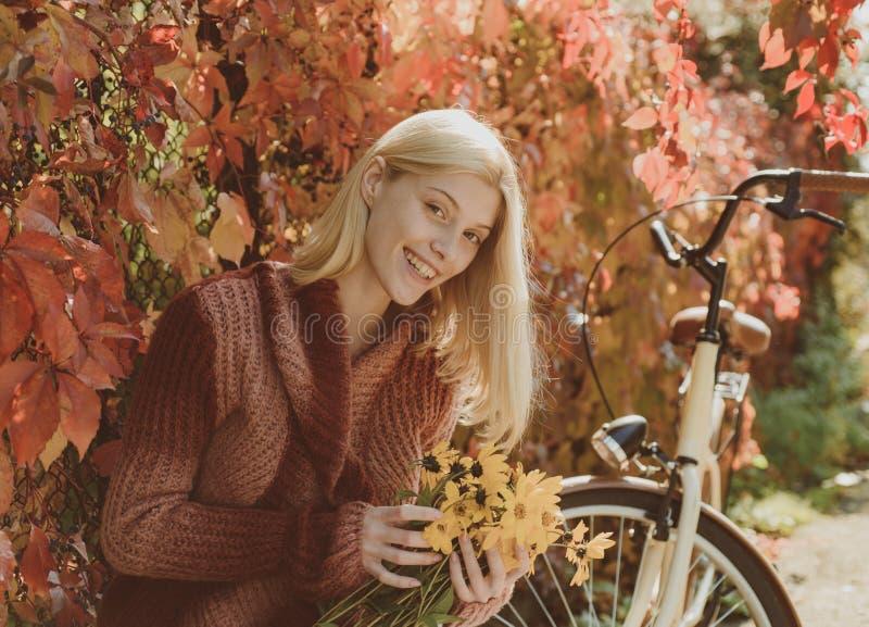 Cámara de mirada modelo de la dulzura bonita en Autumn Woman Model romántico Muchacha magnífica del retrato al aire libre con día imagenes de archivo