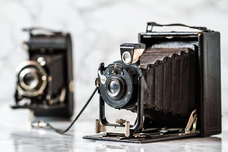 Cámara de plegamiento antigua de Ernemann Dresden en el fondo de mármol fotos de archivo libres de regalías