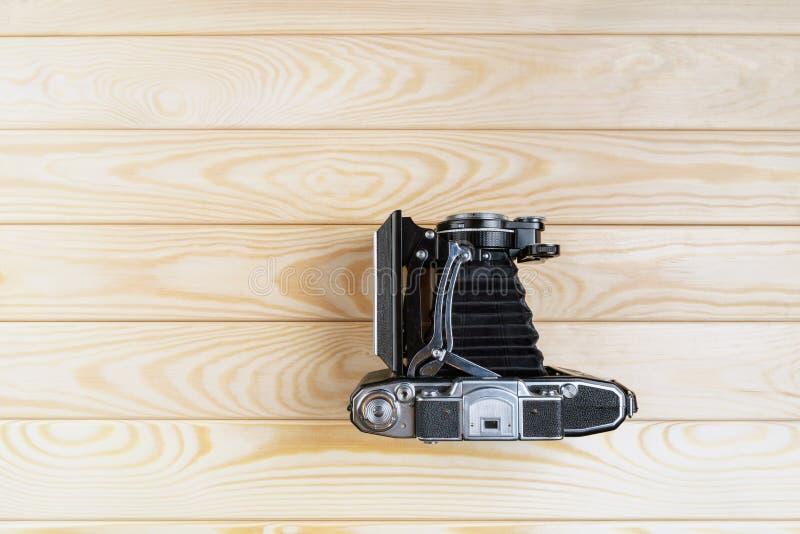 Cámara de plegamiento vieja en una superficie de madera rústica texturizada fotos de archivo libres de regalías