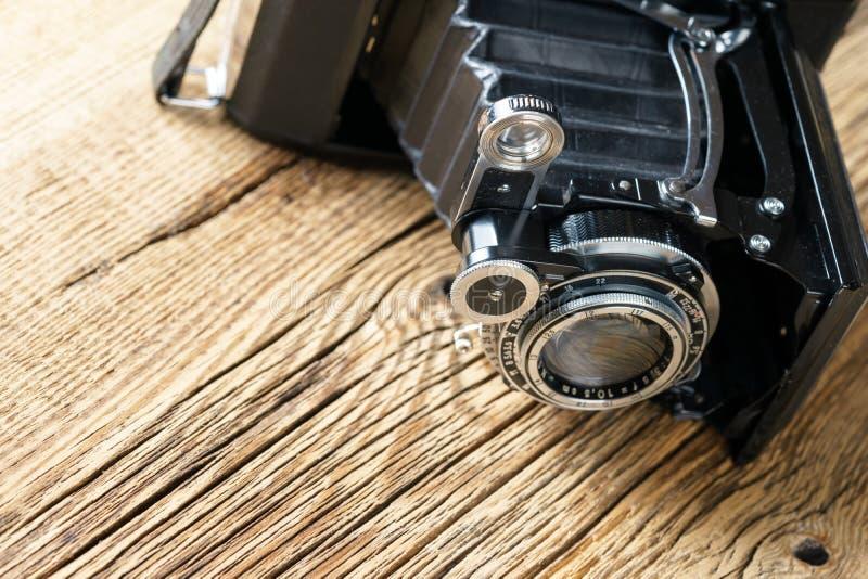 Cámara de plegamiento vieja en una superficie de madera rústica texturizada imágenes de archivo libres de regalías