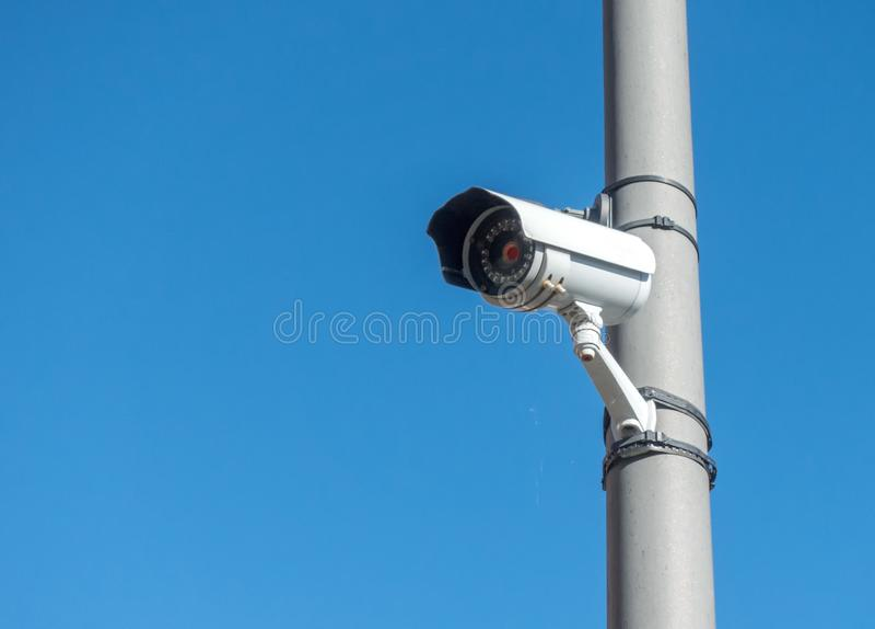 Cámara de seguridad al aire libre para mantener a ladrones ausentes imagen de archivo libre de regalías