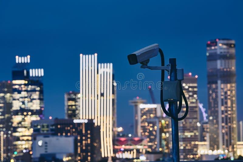 Cámara de seguridad contra horizonte urbano fotografía de archivo