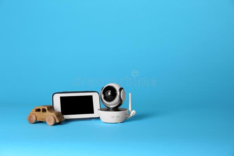 Cámara de seguridad del CCTV, coche del juguete y monitor modernos en fondo del color foto de archivo
