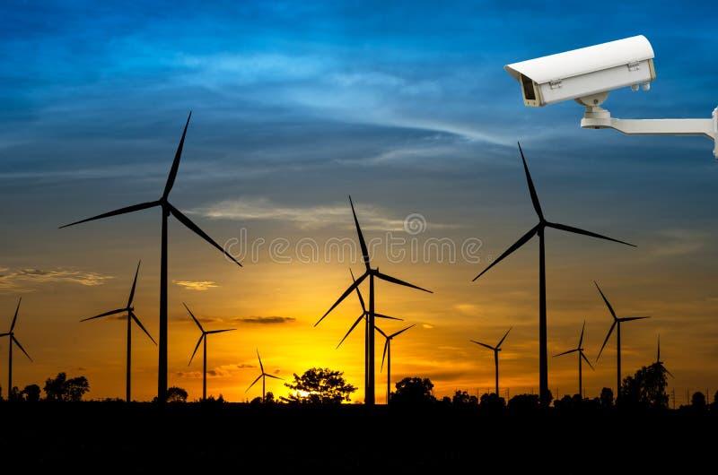 Cámara de seguridad del CCTV con el generador de poder de la turbina de viento con los soles fotos de archivo