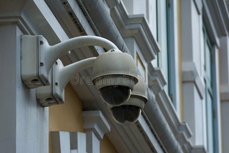 Cámara de seguridad en el edificio de la pared foto de archivo libre de regalías