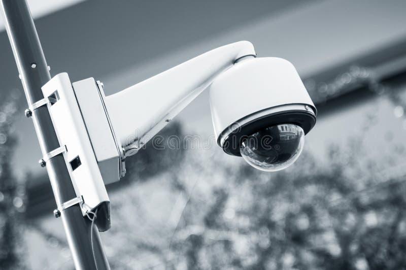 cámara de seguridad en fondo urbano fotos de archivo libres de regalías
