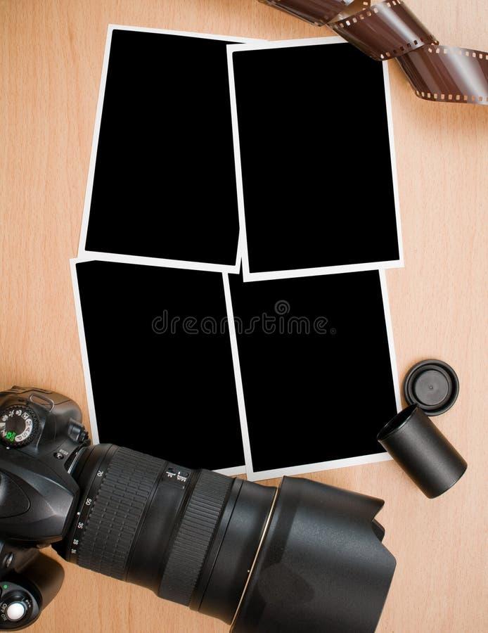 Cámara de SLR e impresiones en blanco de la foto imagen de archivo libre de regalías
