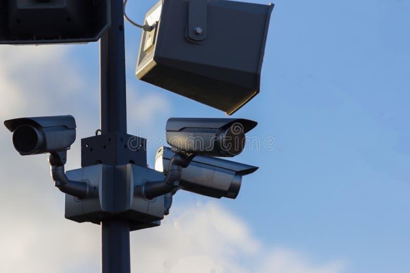 Cámara de vídeo de la seguridad urbana al aire libre fotos de archivo