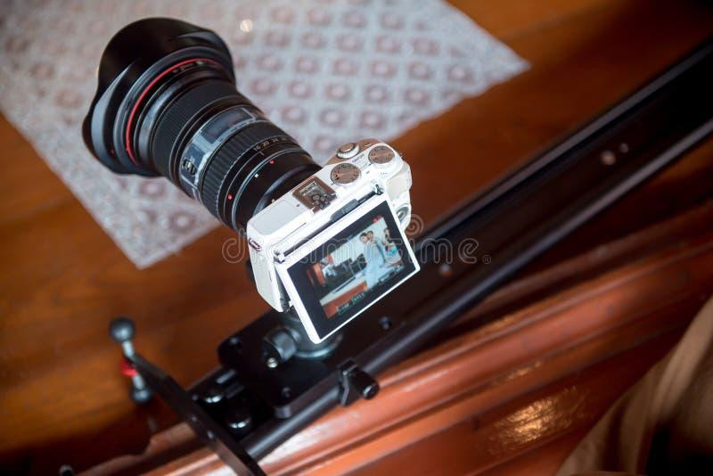 Cámara de vídeo que registra el gran momento en ceremonia de boda fotos de archivo libres de regalías