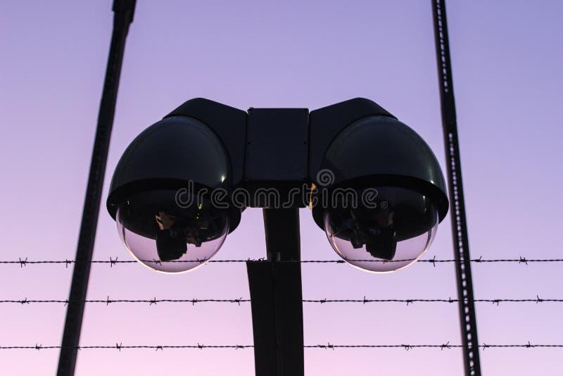 Cámara de vigilancia y alambre de púas modernos imagen de archivo libre de regalías
