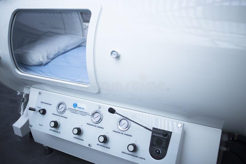 Cámara del tratamiento de la terapia de oxígeno hiperbárico de HBOT foto de archivo