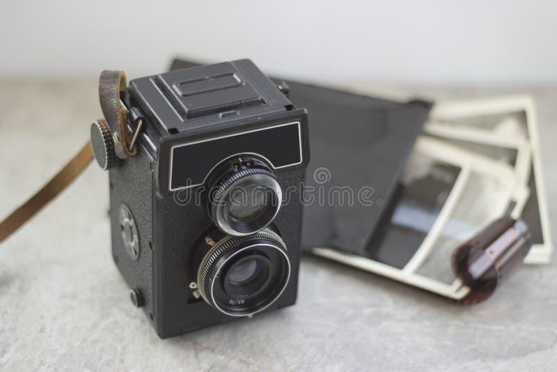 Cámara del vintage en la tabla foto de archivo
