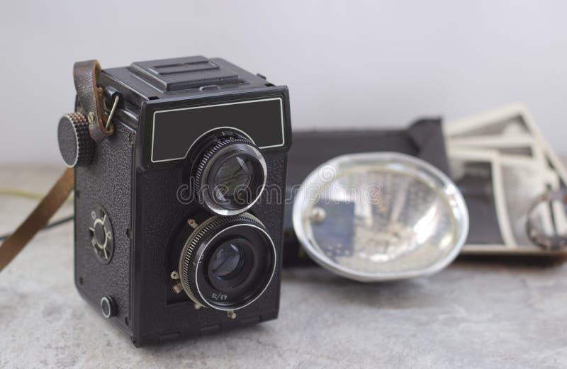 Cámara del vintage en la tabla foto de archivo libre de regalías