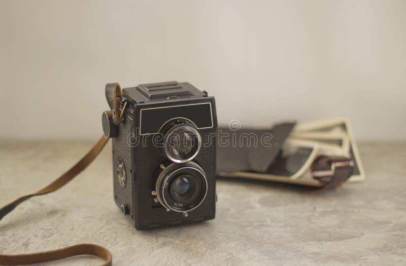 Cámara del vintage en la tabla imágenes de archivo libres de regalías
